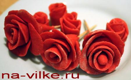 Цветы роз из сахарной мастики