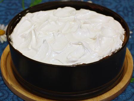 Взбитые с сахарным песком белки поверх пирога