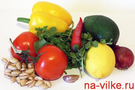 Продукты для вкусного салата - авокадо, помидор, перец