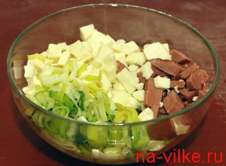 Пассерованный порей с сыром и мясом