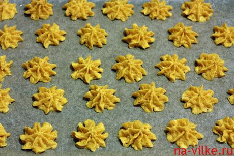 Заготовки печенья на противне