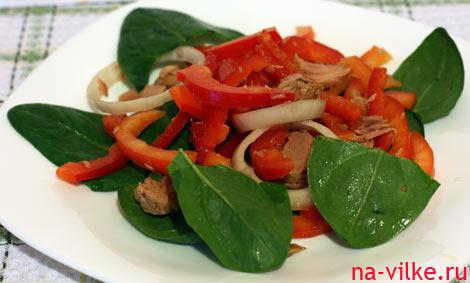 Салат с тунцом и красным сладким перцем
