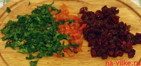 Зелёный базилик, острый перец и вяленые помидоры для заправки
