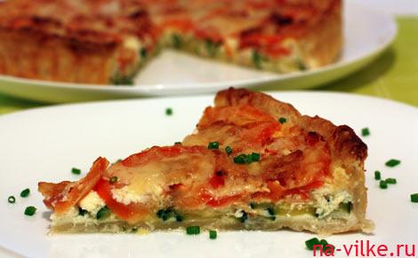 Кусок открытого овощного пирога