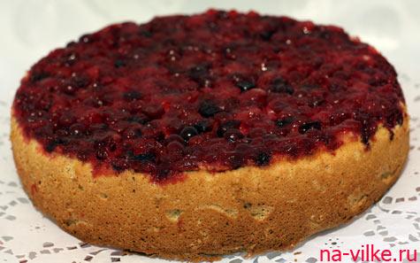 Пирог из бисквитного теста с клюквой