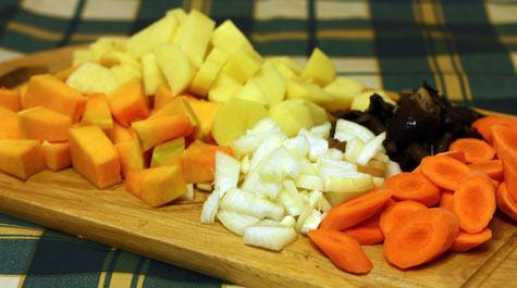 Опята и овощи нарезать