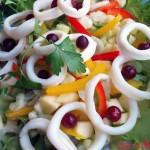 Салат с кальмарами и клюквой