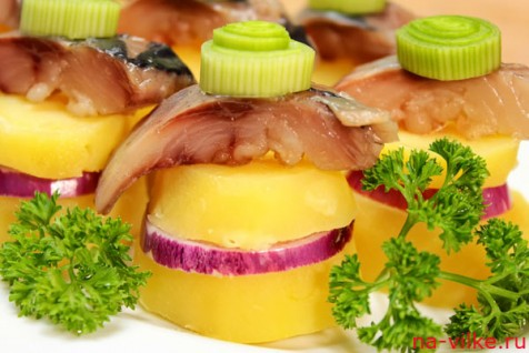 Порционная закуска из сельди с картофелем и луком