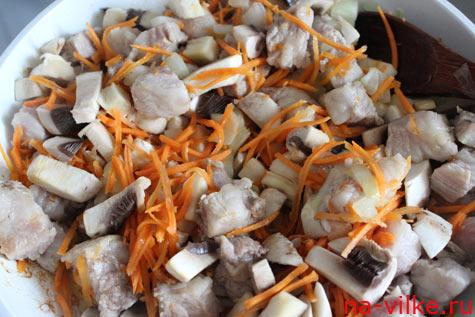 Свинину и грибы обжарить