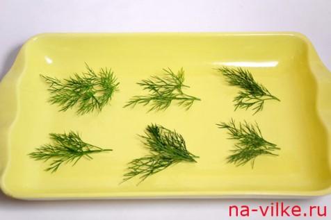 Зелень укропа выложить на блюдо