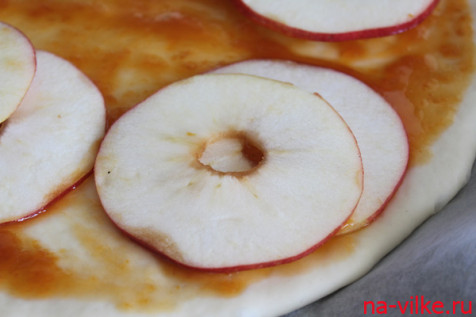 Яблоки на пицце
