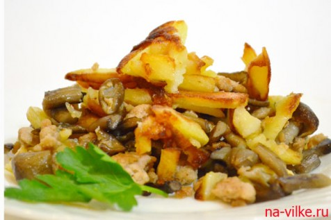 Жареный картофель с мясным фаршем и опятами