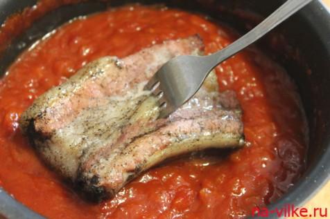 Обмакнуть свиные ребрышки в соус