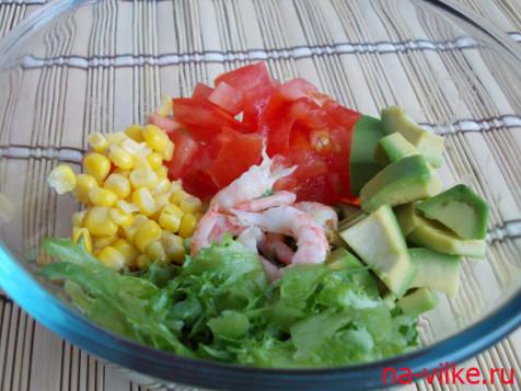 Все продукты для салата с креветками и авокадо