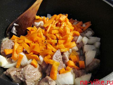 Готовим свинину с луком и морковью