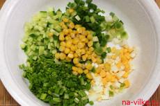 Смешать продукты для салата