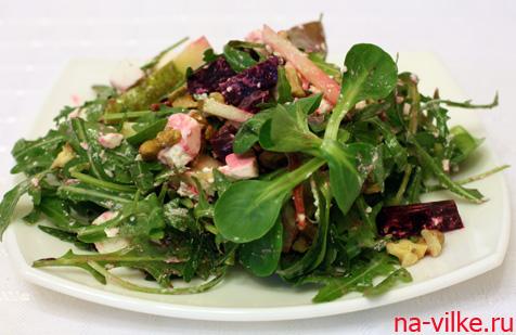 Салат с грушей и свеклой, а также с рукколой, фетой и грецкими орехами