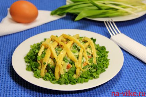 Салат с омлетом и черемшой