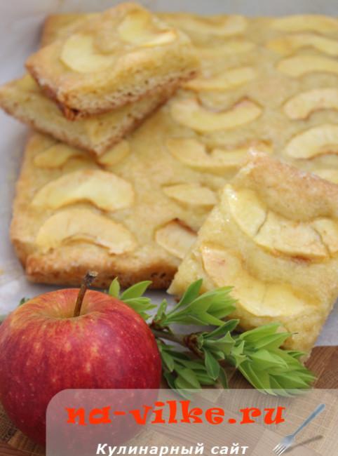 Яблочный пирог с тоффи-соусом