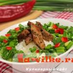 Рисовый салат с жареным мясом и черемшой