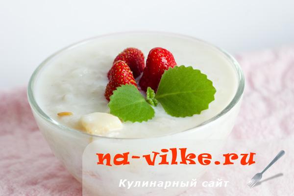 Рисовая молочная каша с бананом и клубникой