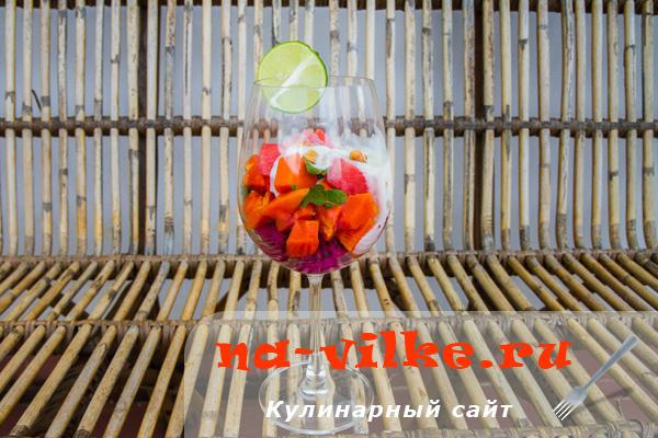 Тропический салат из свежих фруктов (арбуз, папайя, питайя)