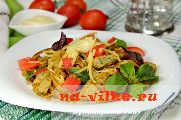Тальятелле из блинчиков со сметанным соусом, помидорами и базиликом