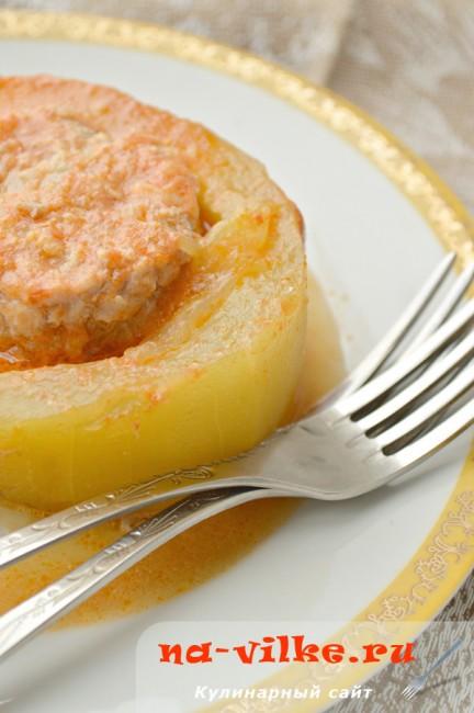 Целый кабачок фаршированный мясным фаршем под томатно-сметанным соусом