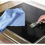 Очистить стеклокерамическую плиту с помощью специальных средств