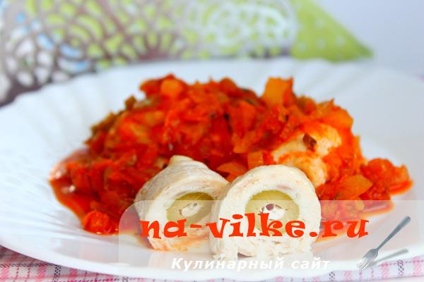 Куриные рулетики фаршированные оливками с овощной подливой