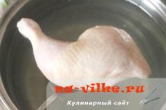 Куриный окорочок в кастрюле с водой