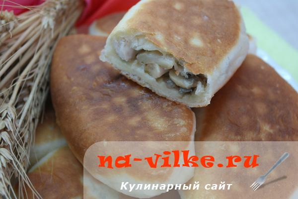 Пирожки из дрожжевого теста с курицей и обжаренными шампиньонами