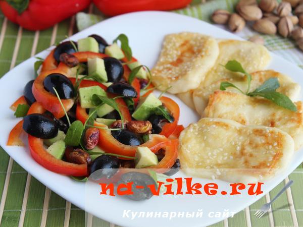 Жареный сыр фета и салат с авокадо