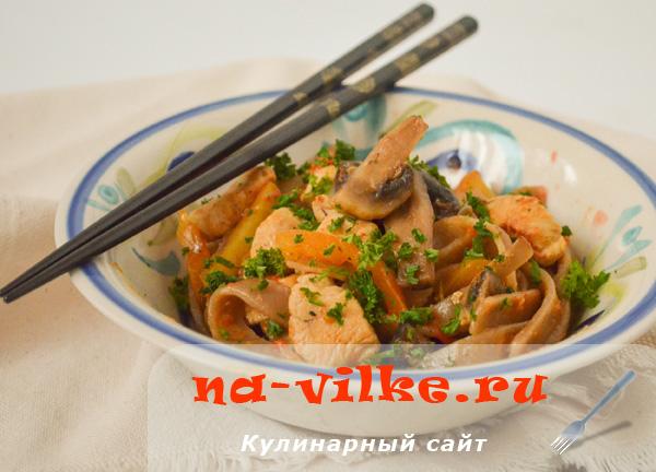 Соба (гречневая лапша) с курицей, грибами и овощами