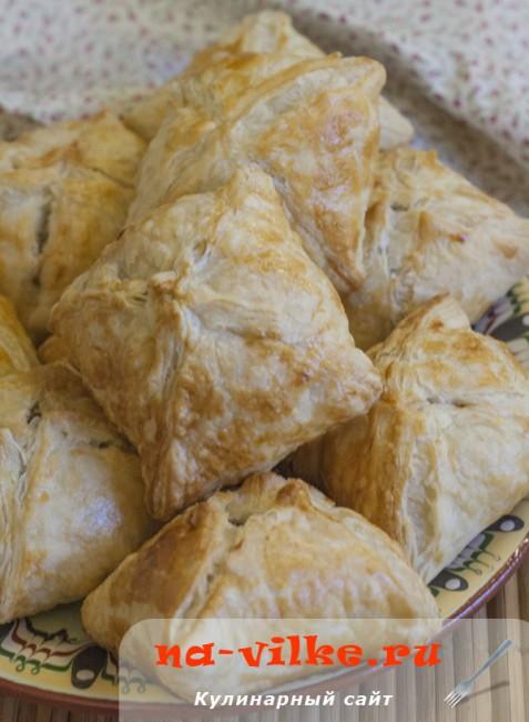 Квадратные пирожки с мясом из слоёного теста