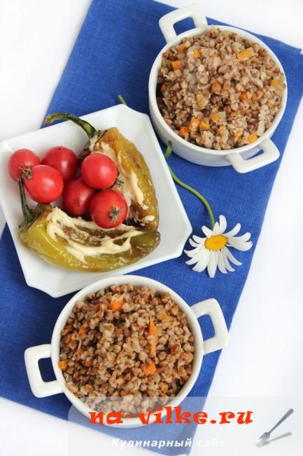 Гречка с овощами и жареный болгарский перец