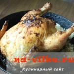 Внутрь целой курицы начиняем рис и запекаем в духовке