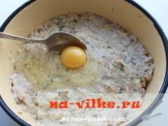 Добавить в картофельный фарш яйцо