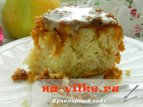 Влажный яблочный пирог с карамельной пропиткой