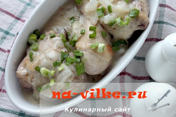 Сочная курица, приготовленная в сметано-луковом соусе на сковороде