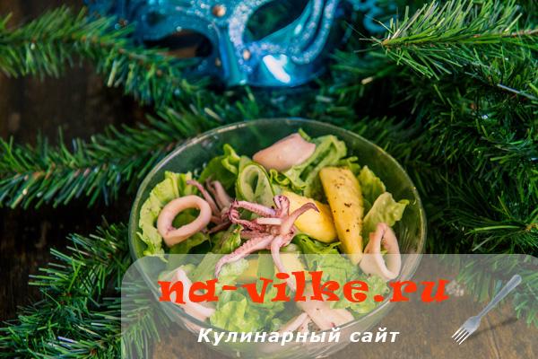 Быстрый экзотический салат из ананасов и кальмаров