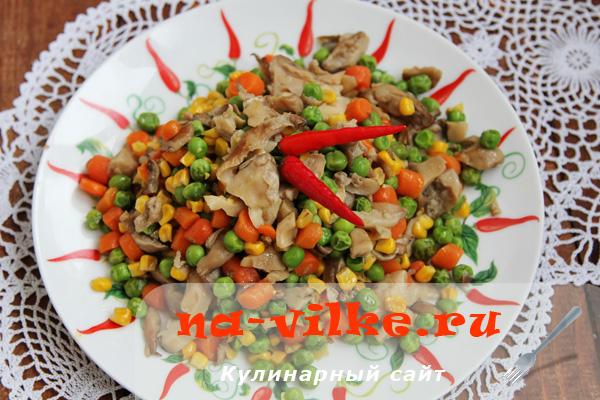 Вешенки с морковью, кукурузой и зеленым горошком в мультиварке