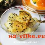 Десерт из жареных ананасов в карамели с кунжутом