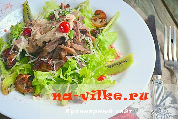 Простой и аппетитный салат из языка с соусом