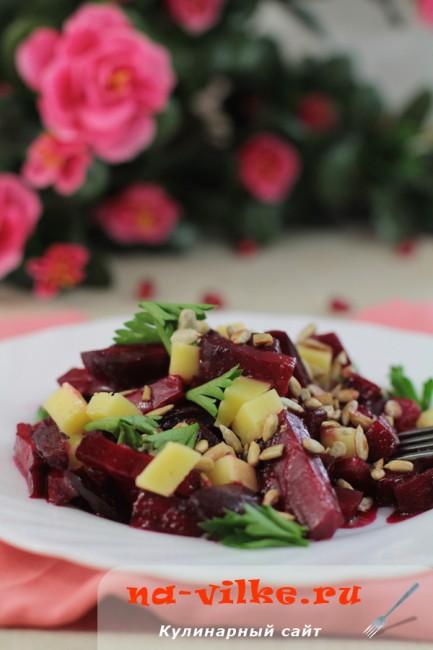 Салат из карамелизированной свеклы с сыром и семечками