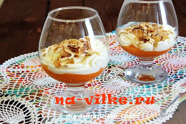 Десерт с хурмой и взбитыми сливками