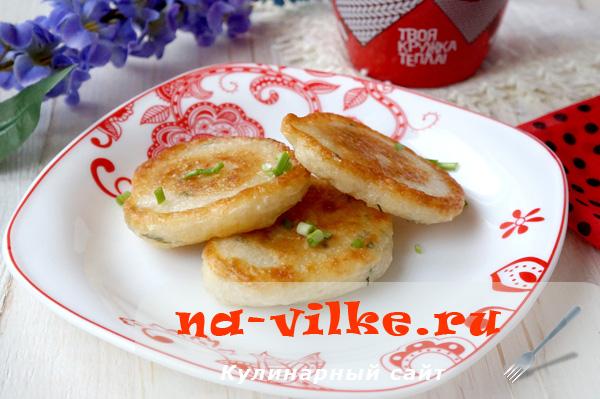 Готовим вкусные оладьи с зеленью и куриным бульоном