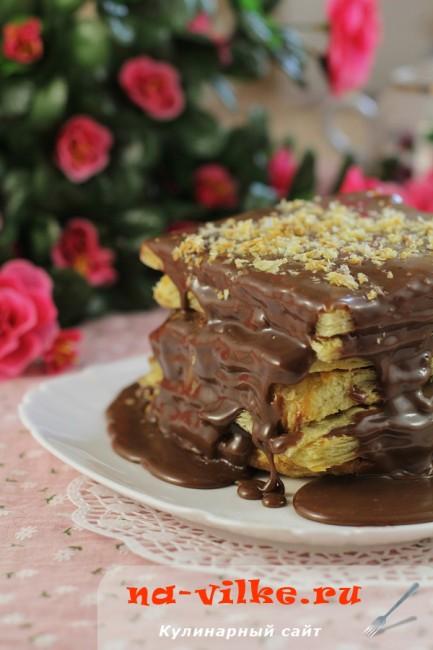 Простой слоеный пирог с шоколадным кремом