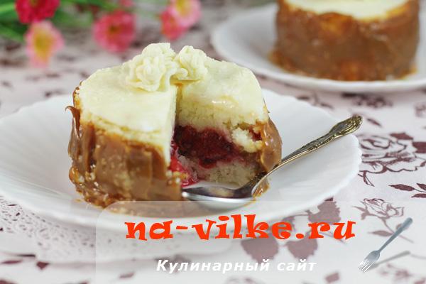Пирожное-манник с ягодами и цветком из мастики