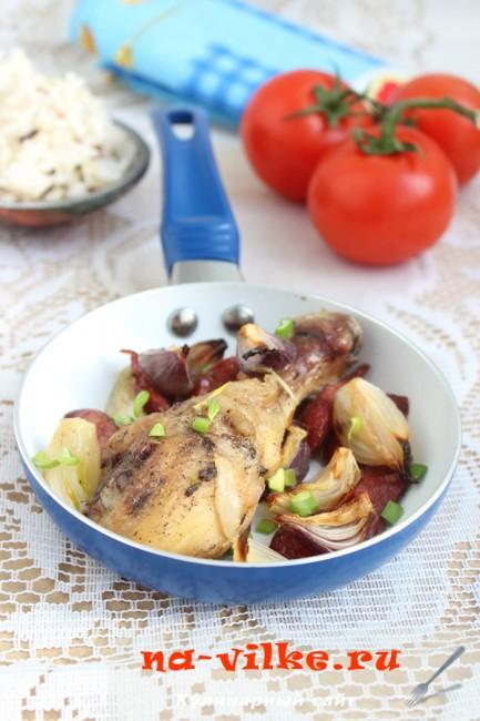 Куриные голени с охотничьими колбасками и луком